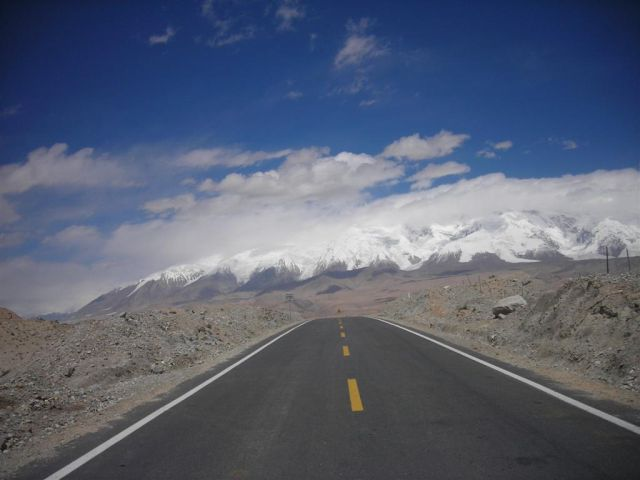 Karakoram Highway on the chinese side in much better condition than in Pakistan