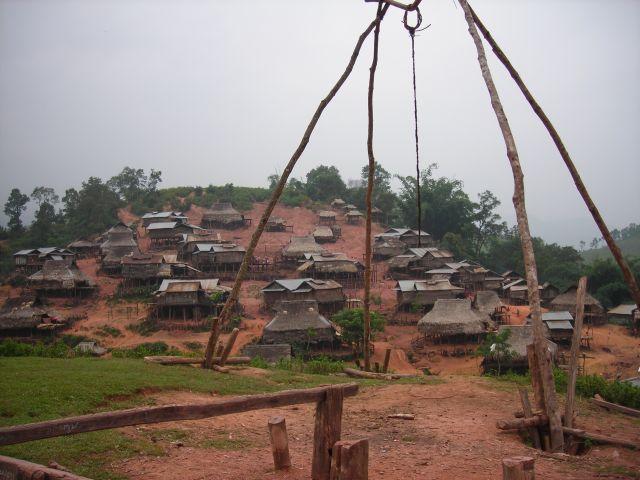 Akha Dorf, davor der Dorfspielplatz