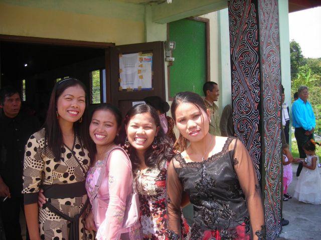 ...die Batakgirls von meinem guesthouse vor der Kirche. Ich war auf einer Hochzeit eingeladen. Die zweite von links, Shara, wollte mich unbedingt heiraten...