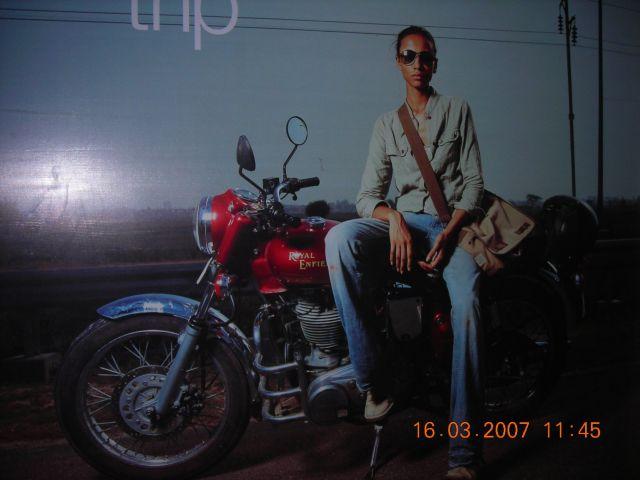 enfield werbung in einem motorradshop in calcutta