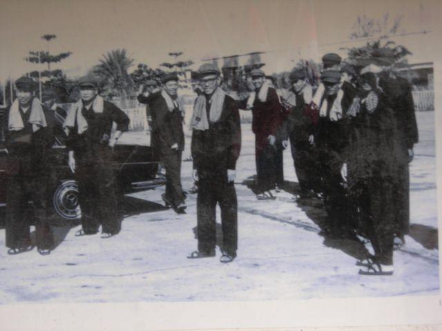 Pol pot (links im Bild) mit seinen Schergen