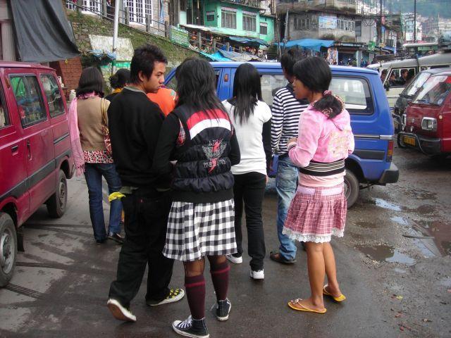 Punks in Darjeeling, da wo der Tee waechst...; Ein bischen Ramones, etwas Cindy Lauper gemischt mit ner Prise Ska. Man achte auf das Gelb des Taschentuches der linken Person, abgestimmt mit dem gleichen Farbton des Gelbes der Slipper. Zufall?