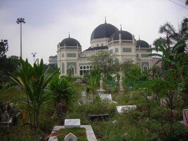 die grösste moschee sumatras von der friedhofsseite