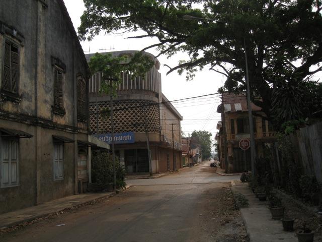 hier nochmal die Kulturhalle zwischen maroden Kolonialhäusern...