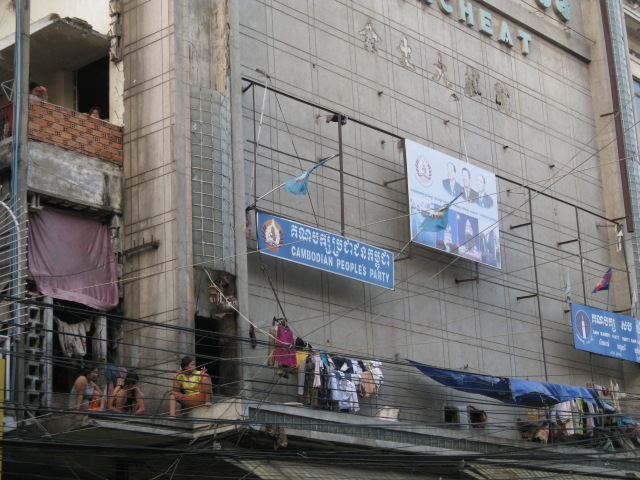 rumpelnde Fassade in PP, Cambodia, dient gleichzeitig auch als urbaner Lebensraum