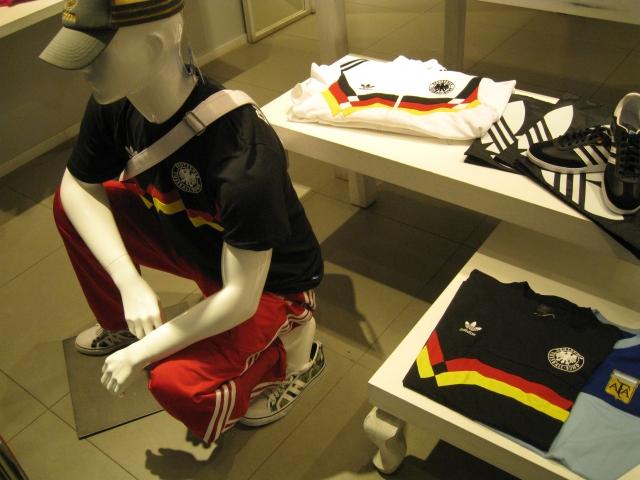 Fanshop mit deutschen Insignien in Kunming: schwarz, rot, gold ist sexy!!