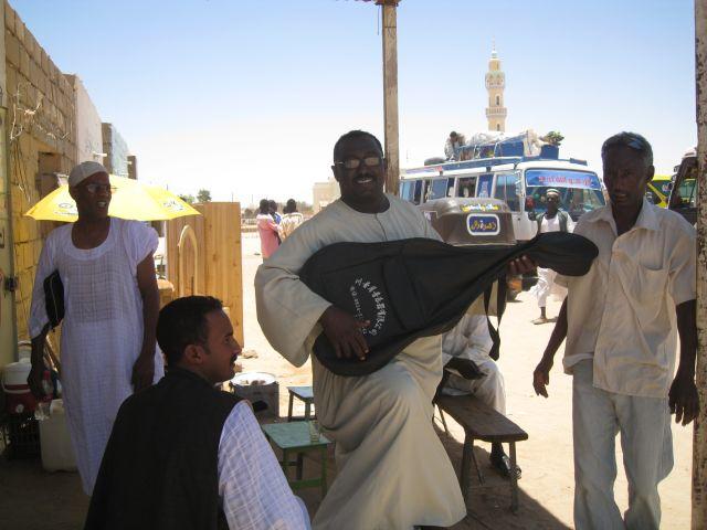 Gleich nach Ankunft in Wadi Halfa hab ich meine Gitarre verscherbelt, fuer $17$