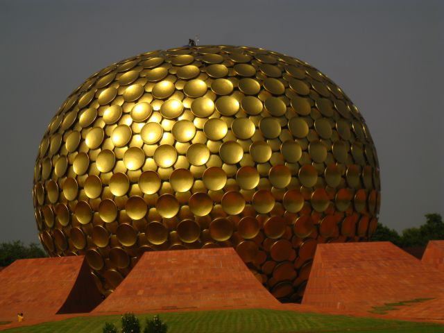 Das Matrimandir, die Kirche der Aurovillianer. Das sozialistisch, spirituell inspirierte gesellschaftliche Projekt trägt den Namen Auroville. Es gibt nur so etwas wie ein Grundeinkommen. Laut der letzten offiziellen statistischen Erhebung vom November 2009 leben in Auroville 2184 Menschen (1704 Erwachsene und 480 Kinder) aus 45 Nationen. (mehr siehe http://de.wikipedia.org/wiki/Auroville)