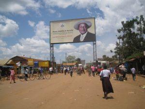 Musuveni regiert das Land schon seit 1986. Eigentlich ist er recht beliebt obwohl viele, insbeosndere jüngere Ugander der Meinung sind, dass es an der Zeit ist abzudanken