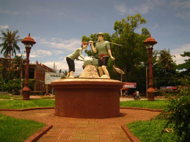 Kampot im Süden Kambodschas: Die Skulptur firmiert als das sog. Saltworkerroundabout. Wohl eher die sozialisitsche Variante!