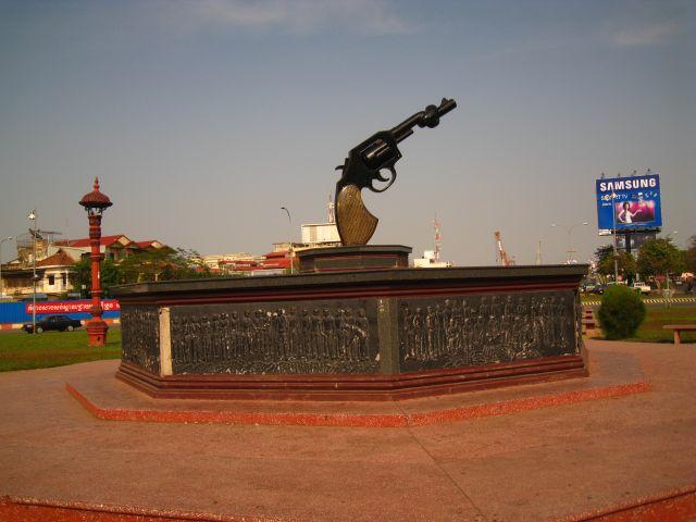 Khley Kouch Kanon (Tied-Up Pistol Cannon) near the Japanese Bridge in Phnom Penh. Symbol für die Entwaffnung des Landes. Es wird gesagt, das das Material für diese Skulptur unter anderm aus Waffen besteht, die man 1999 in einer grossangelegten öffentlichen Zeremonie zerstört hat!