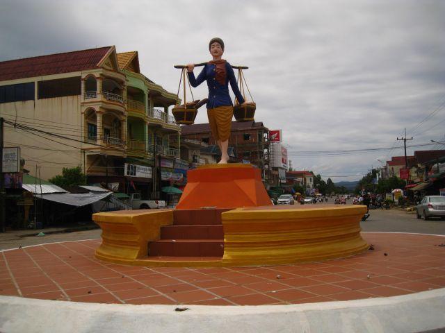 Koh Kong im Südwesten, Grenzstadt zu Thailand. Noch eine typische kambodschanische Stadt mit wenig Auslädern, nicht zuletzt wegen dem korruptesten Grenzübergang in Kambodscha. Die Franzosen haben hier kaum Spuren hinterlassen. Immer gut für 2 Tage wenn man das etwas Ursprüngliche sucht. Tolle landschaftliche Umgebung!